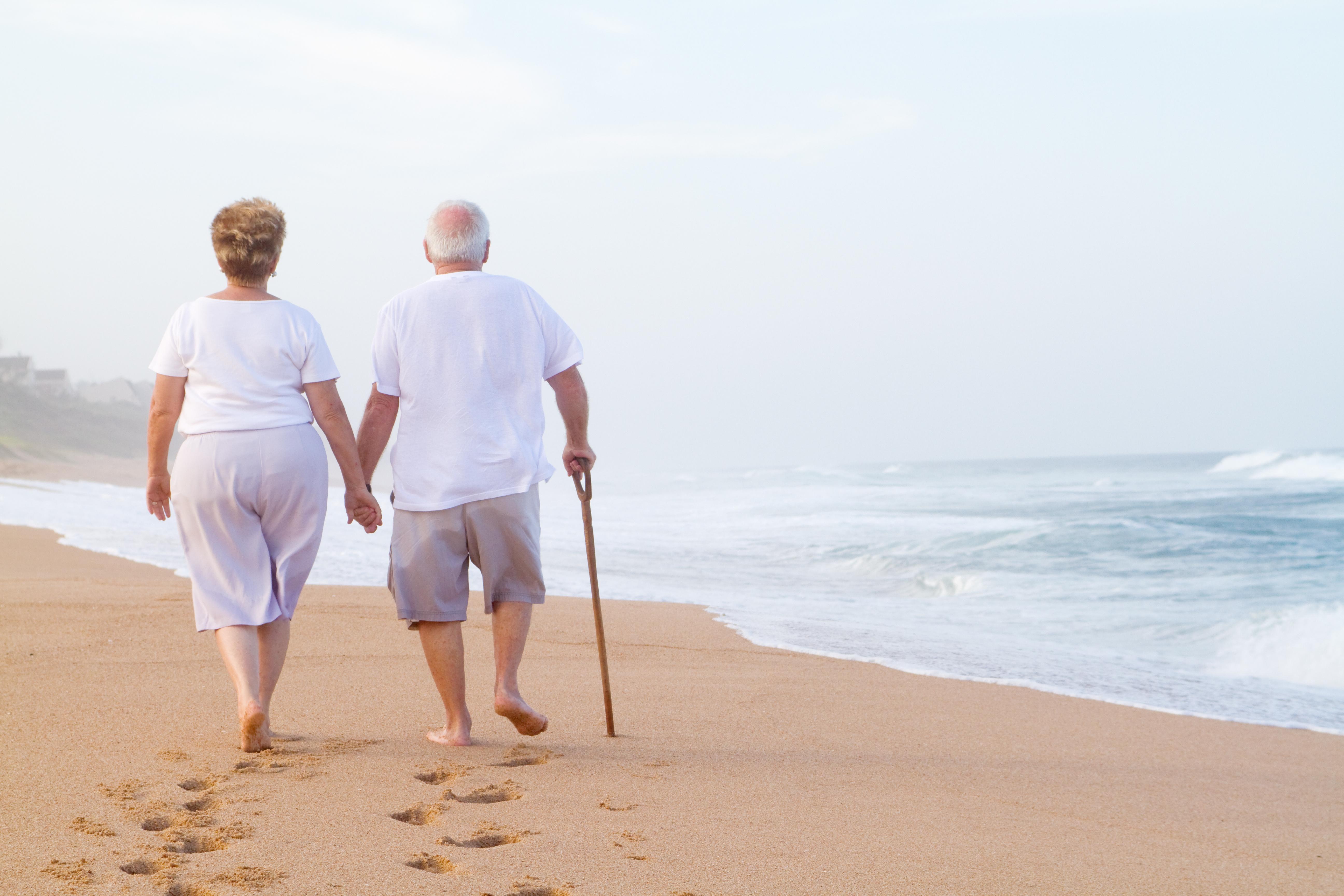 Старики на пляжу фото